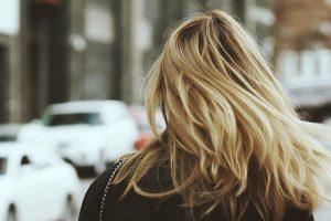 Kobieta z blond wlosami