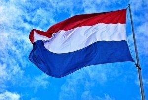 Holenderska flaga na wietrze