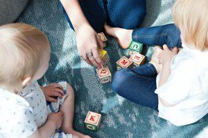 Matka z dziećmi układające klocki