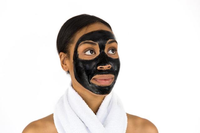 Czarna maseczkana twarzy